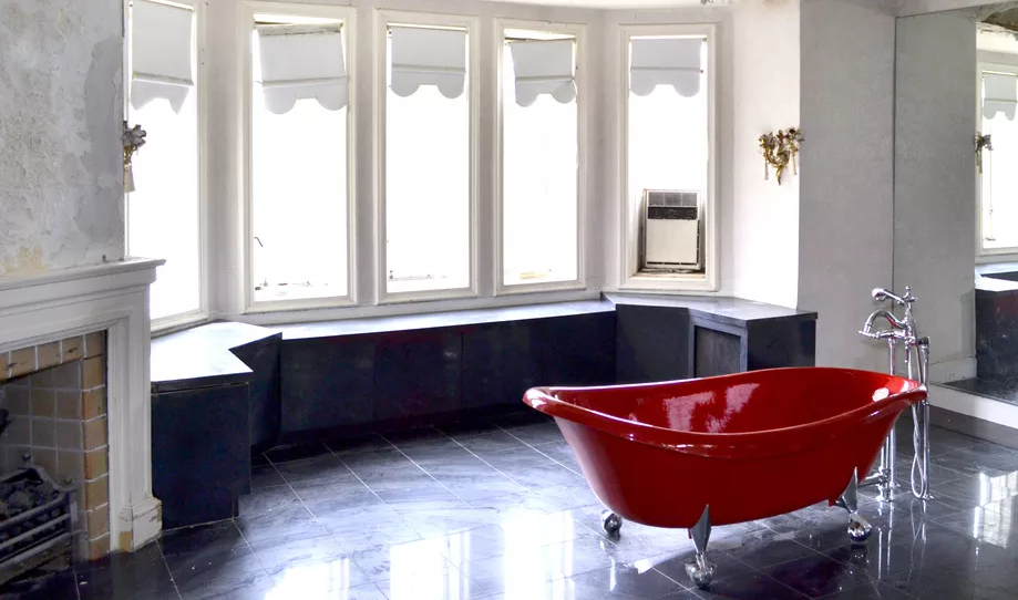 Aretha Franklin's Detroit golf home - master bathroom